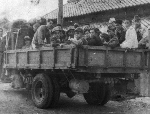 終戦後、再起 木炭車で社員旅行の画像